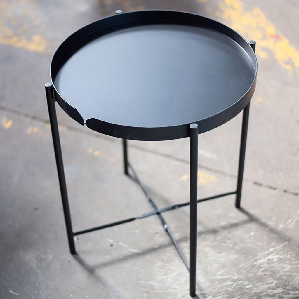 Khung chân chắc chắn, có trục xoay ở giữa 2 thanh sắt bắt chéo, giúp bàn đứng vững và gập lại nhanh chóng khi cần.