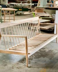 KORE vừa đẹp mắt, vừa bền chắc từ nguyên liệu gỗ tần bì nhập khẩu, đệm mousse nguyên khối bọc vải nỉ cao cấp.