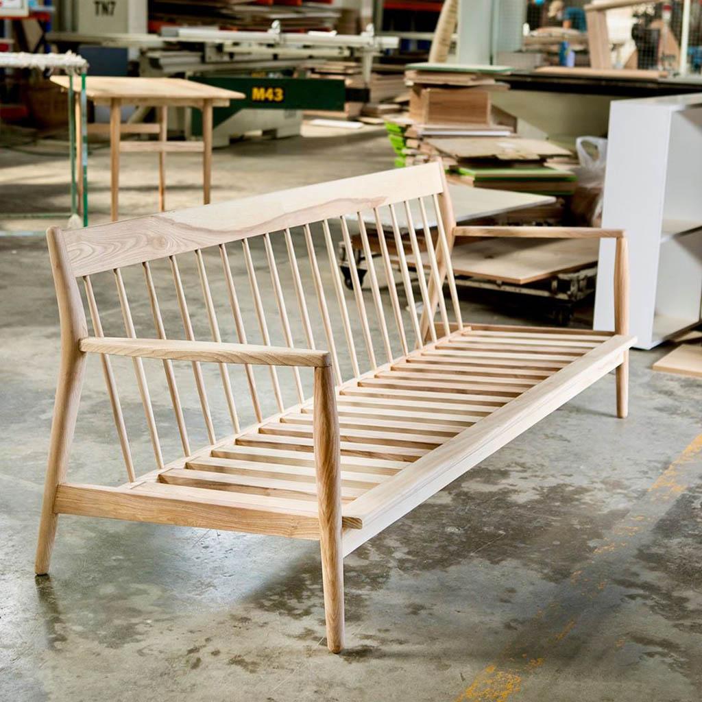 ghế sofa KORE vừa đẹp mắt, vừa bền chắc từ nguyên liệu gỗ tần bì nhập khẩu, đệm mousse nguyên khối bọc vải nỉ cao cấp.