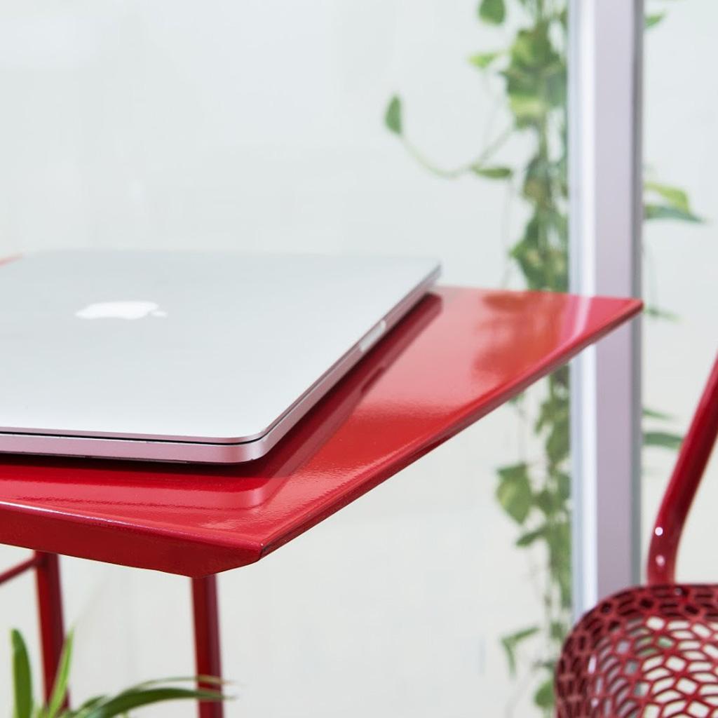 Mặt bàn được vát cạnh tỉ mỉ, sơn phủ tĩnh điện màu đỏ bắt mắt, giúp sản phẩm tăng thêm thẩm mỹ.