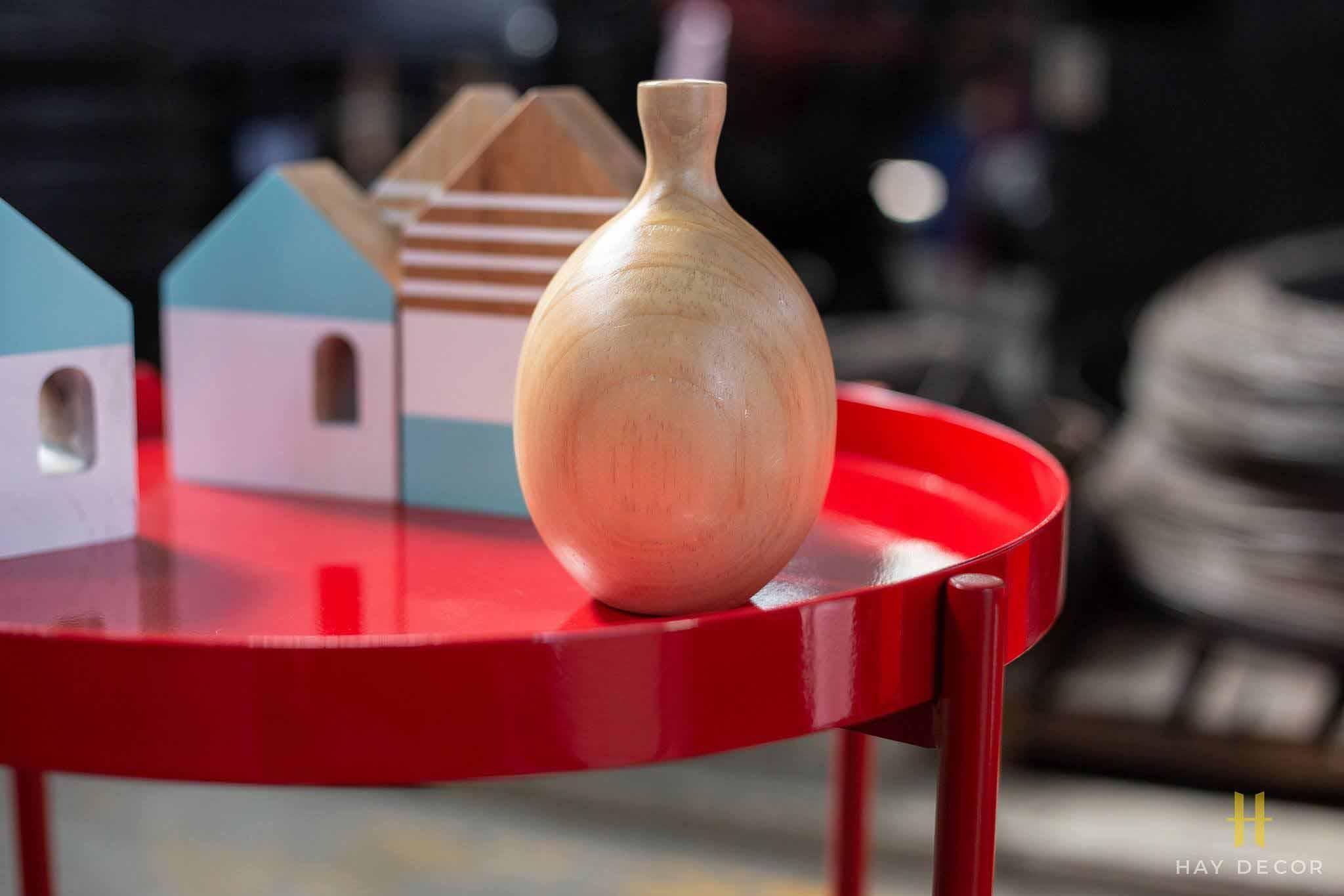 Mặt bàn CANNES Red tròn tạo cạnh tinh tế, giữ được đồ vật và tránh tràn nước khi dùng làm bàn cafe.