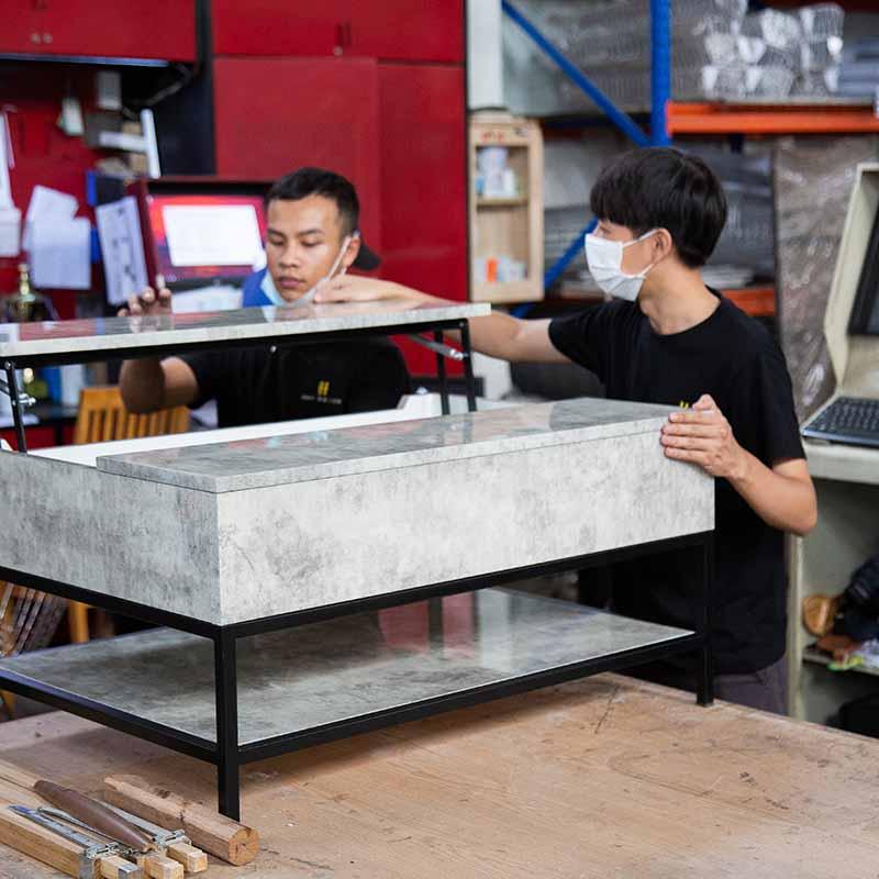 Bàn được sản xuất tại xưởng HAY qua bàn tay lành nghề của thợ sản xuất và sự hỗ trợ từ máy móc hiện đại, tạo nên sản phẩn hoàn thiện cả công năng lẫn thẩm mỹ.
