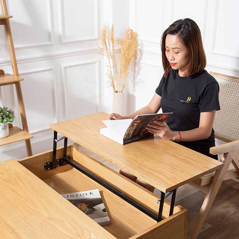 Mặt bàn GLITTER có thể nâng lên dễ dàng, sử dụng để đọc sách, làm việc khi cần thiết.
