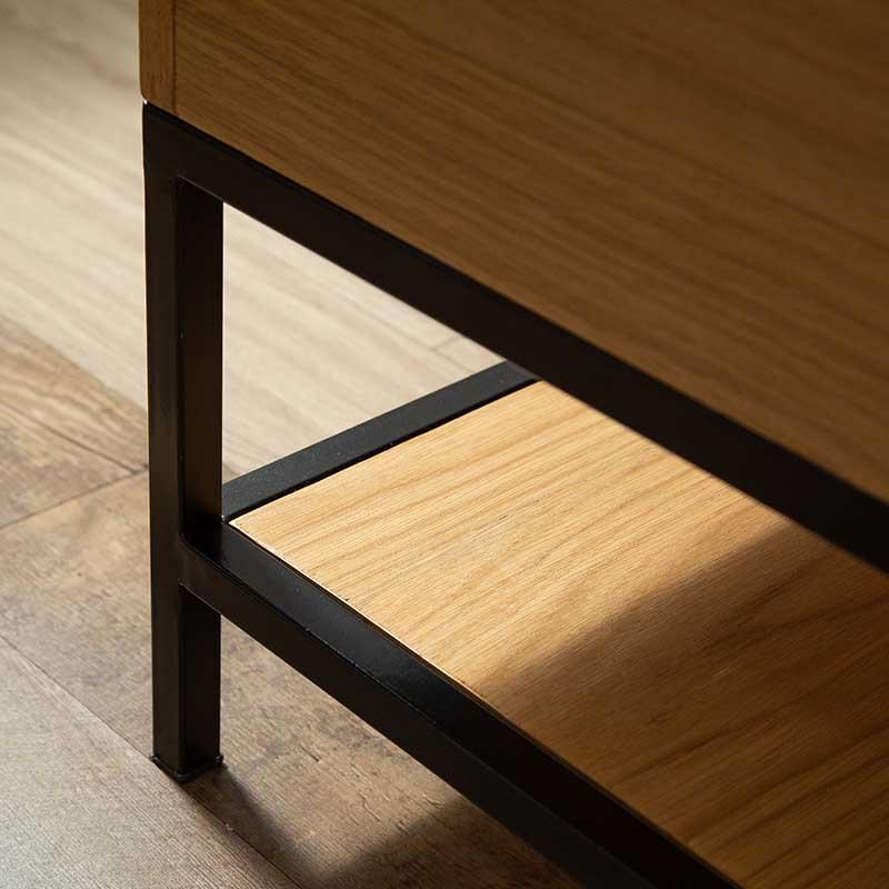 Khung chân sắt vuông chắc chắn, có nút bọc chân giúp chống trầy sàn, có định bàn.