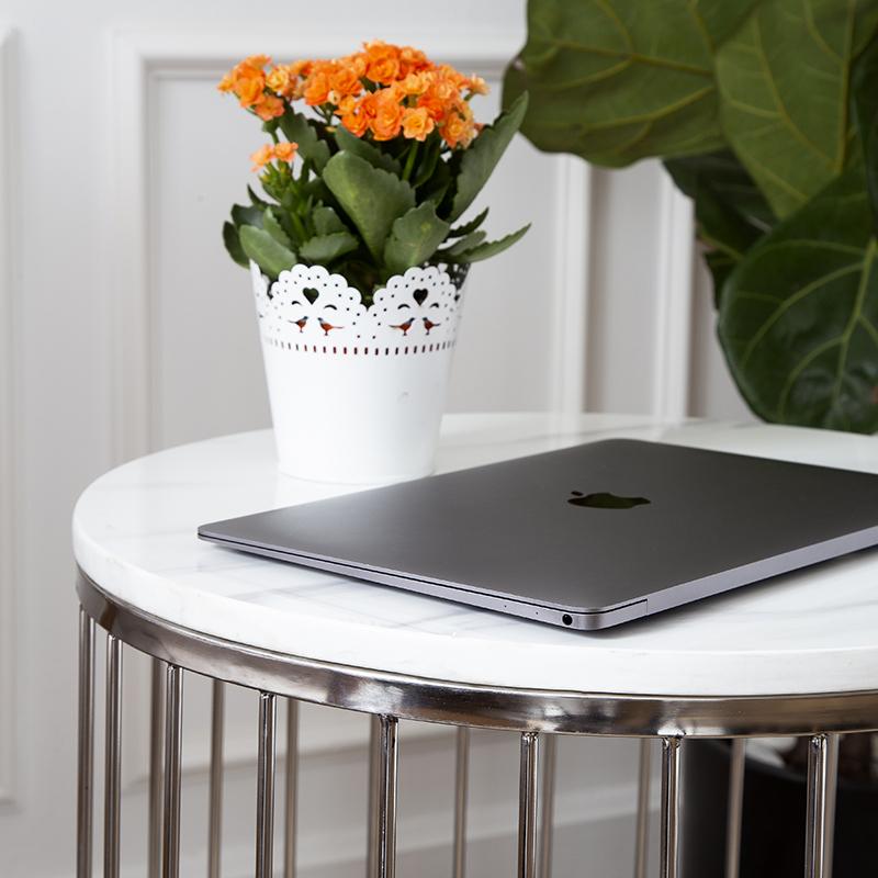 Đá nhân tạo trắng vân mây được sử dụng cho mặt bàn với công năng tối ưu, dễ lau chùi, chống thấm nước và trầy xước cao, độ bền lâu dài, nổi bật trong không gian với vẻ đẹp thanh lịch.
