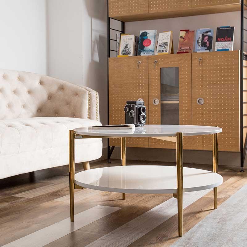 HAY sử dụng chân bàn là ống inox tròn chắc chắn, mạ PVD màu gold nổi bật, ấn tượng cho không gian.