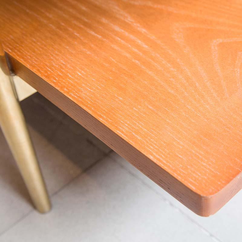 Mặt bàn bên dưới từ gỗ sồi chắc bền, chống mối mọt tốt, chịu lực cao và có vân gỗ đẹp, màu gỗ tươi sáng.