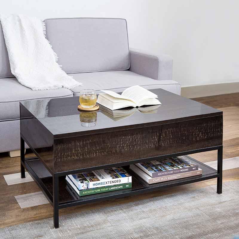 Kệ bên dưới bàn có thể chứa được sách, tạp chí hoặc đồ dùng thường xuyên, tinh gọn bớt vật dụng linh tinh trên mặt bàn.
