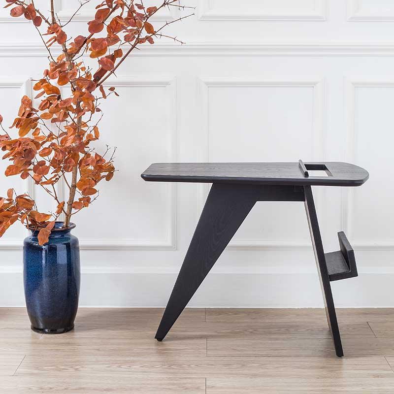 Chân bàn tạo dáng đặc biệt, 1 chân hình chữ nhật, 1 chân hình tam giác làm điểm trụ, cân bằng lực bởi thanh gỗ ở giữa.