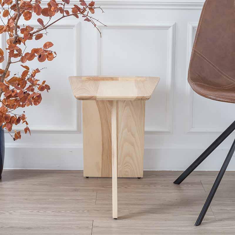 Chân bàn có nút chân giúp bàn cố định và hạn chế trầy xước mặt sàn khi dịch chuyển bàn.