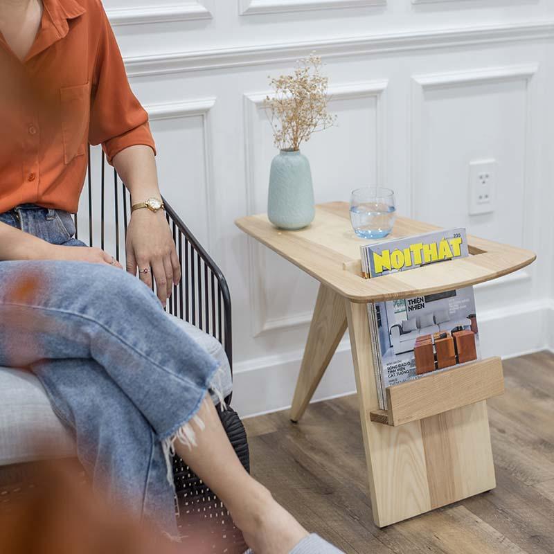 Kiểu dáng bàn góc RISOM mới lạ, có sự kết hợp công năng của bàn cafe và kệ tạp chí độc đáo.