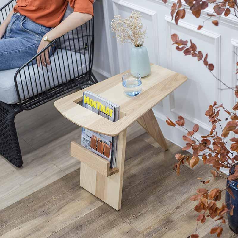 Kiểu dáng thông minh giúp bàn RISOM trở nên đa năng khi vừa dùng làm bàn trà vừa làm kệ để tạp chí, sách báo.