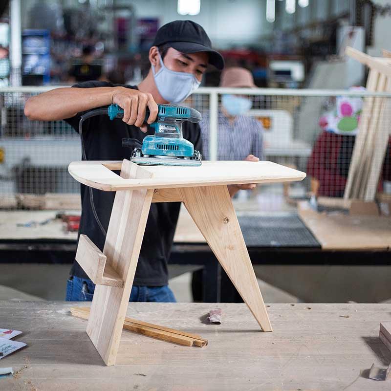 Mặt bàn được chà nhám kỹ lưỡng để có độ nhẵn và mịn, ngoài ra HAY còn sơn PU tự nhiên, nổi bật vân gỗ và mang lại cảm giác dễ chịu, êm ái cho người dùng.