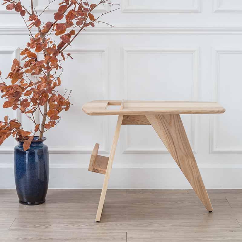 RISOM được làm hoàn toàn từ gỗ tần bì, vân gỗ đẹp, màu gỗ sáng, tạo thêm sự sang trọng cho không gian mà chiếc bàn được đặt vào.