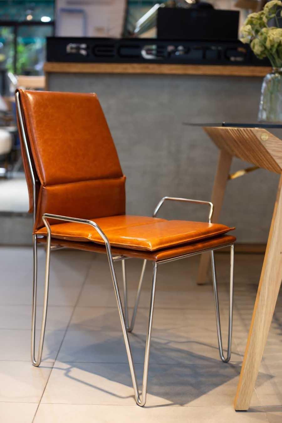 Chân ghế inox sáng bóng rất bền và còn cho cảm giác sạch, sang