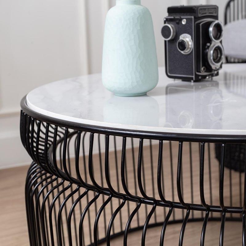 Mặt bàn được vát cạnh bóng loáng, bao bọc bởi khung sắt an toàn, chắc chắn.