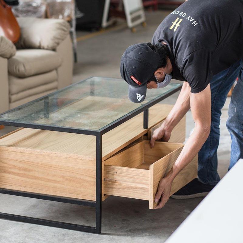 Thiết kế hộc tủ không có tay nắm, thay vào đó là cạnh gỗ được vát đều tinh tế, giúp bàn trông gọn gàng và sang trọng hơn.