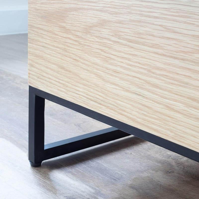 Khung chân bàn từ sắt sơn đen chắc chắn, chan bàn còn được bọc nút chân nhựa tránh gây trầy xước sàn nhà.