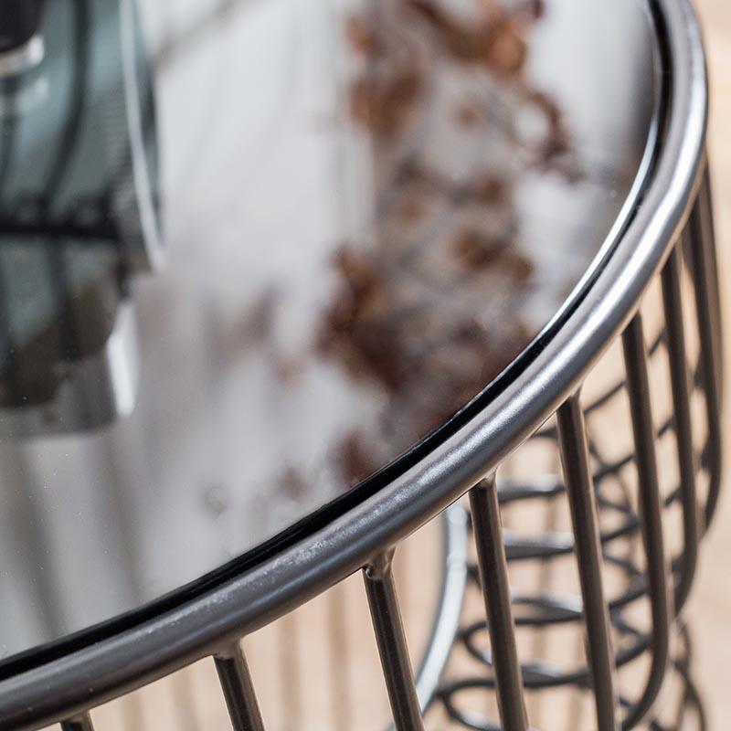 Mặt kính bàn góc MESA được bo góc bóng loáng và được khung sắt bảo vệ chắc chắn.