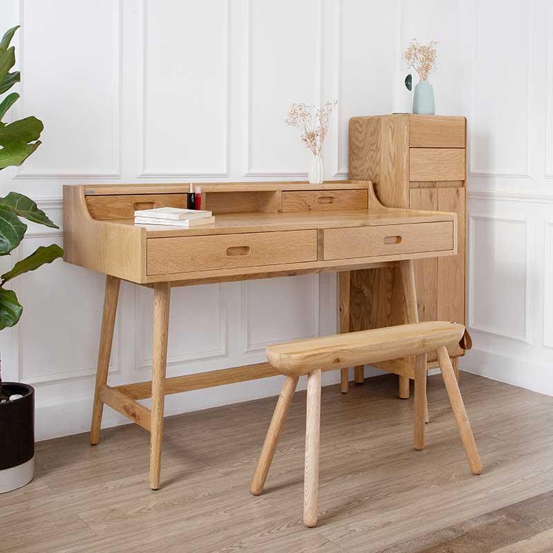 Toàn bộ bàn được làm từ gỗ sồi sang trọng, thích hợp trong không gian hiện đại hoặc tân cổ điển.