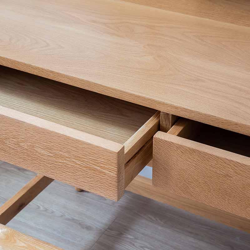 Hộc tủ dưới bàn rộng lớn, chứ được nhiều đồ đạc, giúp tối giản không gian học tập, làm việc hơn.