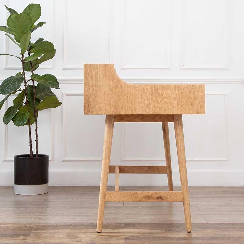 Thiết kế mặt bàn làm việc DEXTER hình chữ L uốn cong phía trên, bên dưới vuông góc có thể tựa sát vào tường.