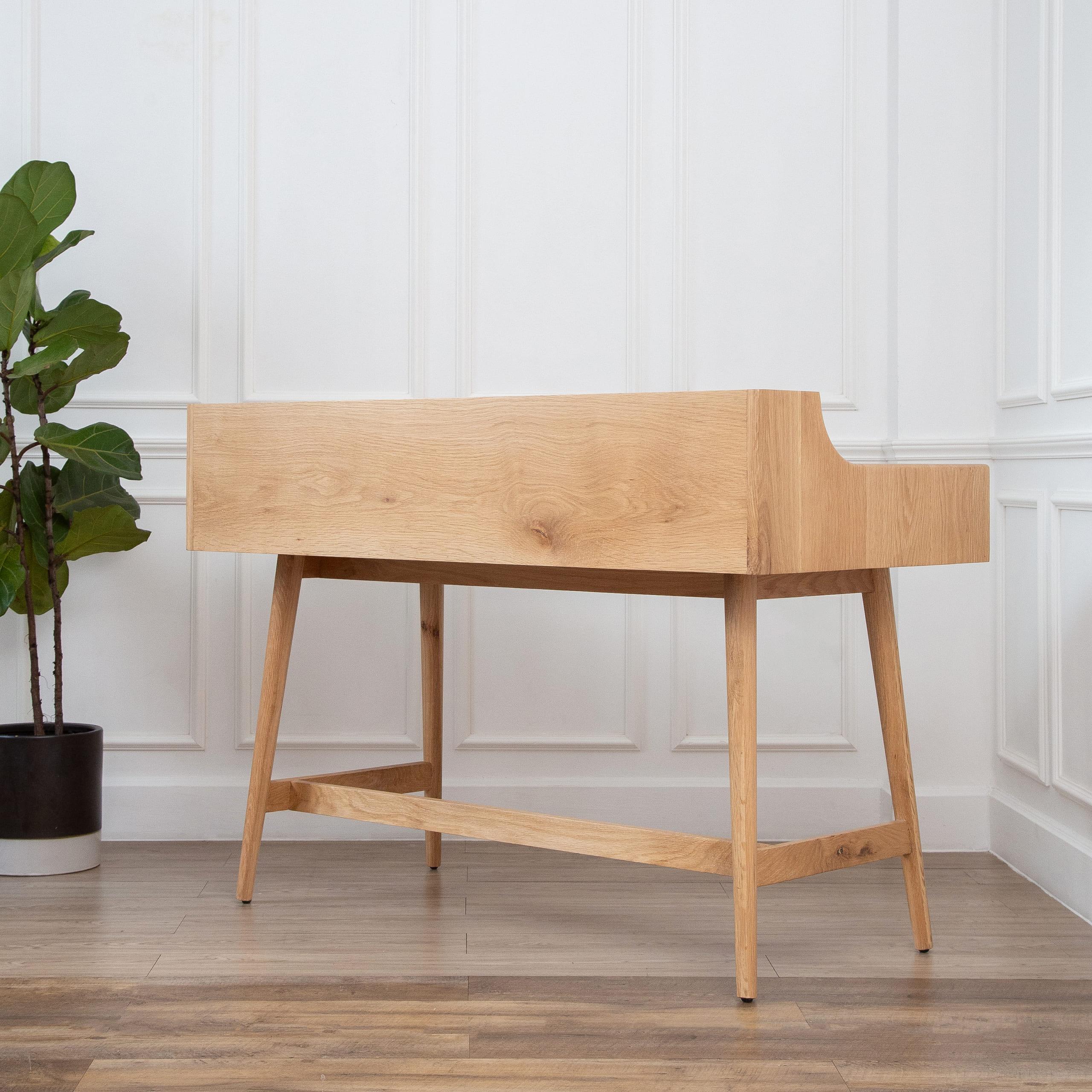 Chân bàn được thiết kế xéo đều 4 góc, cố định và cân bằng tốt nhờ các thanh nẹp gỗ xung quanh chân.