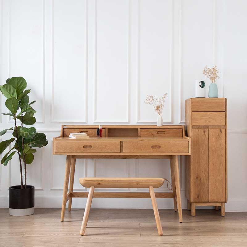Bàn có 2 tầng và 4 hộc tủ tiện lợi, giúp tinh gọn đồ đạc trên mặt bàn.