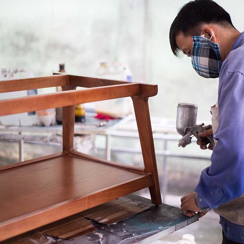 Chân bàn sơn PU bóng loáng và bo góc mềm mại, tạo thẩm mỹ cao và nổi bật vân gỗ sang trọng.