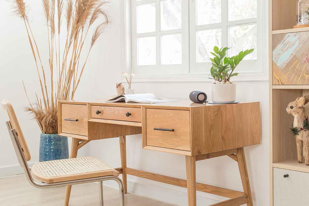 Bàn được làm từ gỗ sồi thẩm mỹ và sang trọng, dùng trong không gian hiện đại hoặc tân cổ điển.