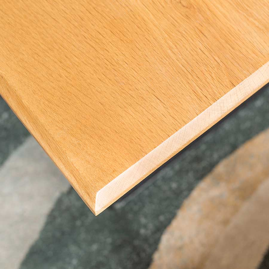 Mặt bàn vát cạnh đều đặn, sơn bóng loáng, giúp bàn thêm sáng và mịn hơn.