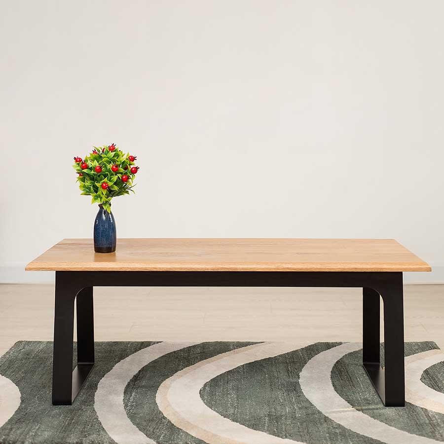 Bàn được làm từ gỗ sồi chắc chắn, chịu lực tốt, độ bền cao, vân gỗ sang trọng.