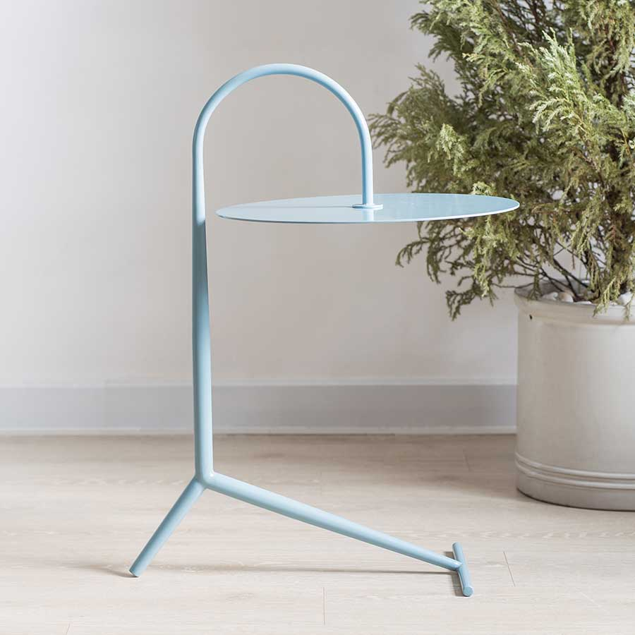 Chân bàn vững chắc với thiết kế góc 90 độ và thanh ngang giữ thăng bằng.