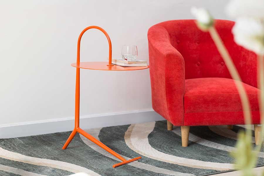 Chất liệu sắt sơn tĩnh điện màu cam cho không gian thêm sinh động.