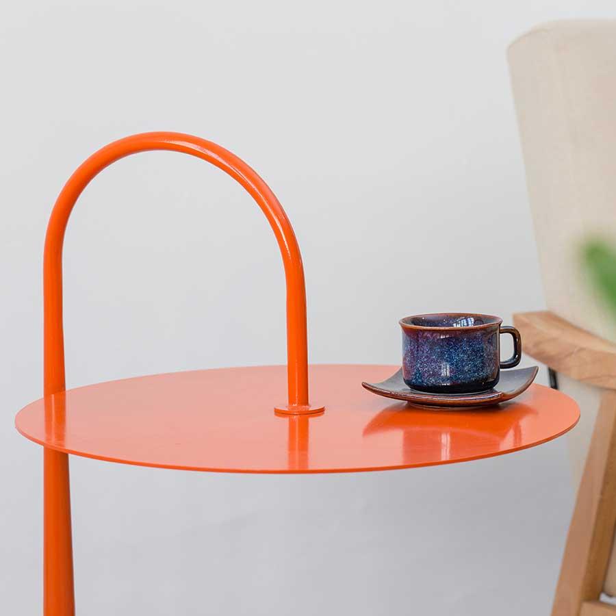 Mặt bàn được cắt laser từ thép tấm tròn đều, đặt được nhiều đồ vật.