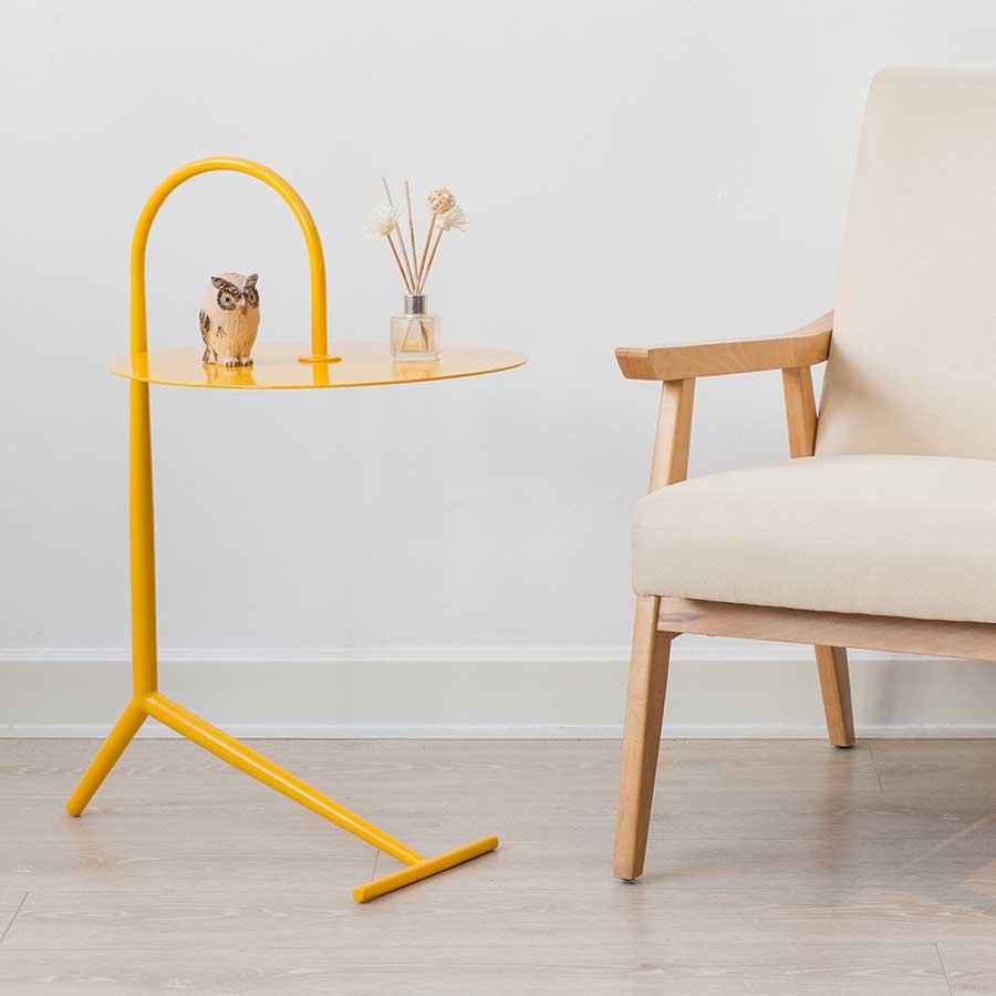 Màu vàng tươi của bàn DROOPY Yellow cho không gian thêm hiện đại trẻ trung.