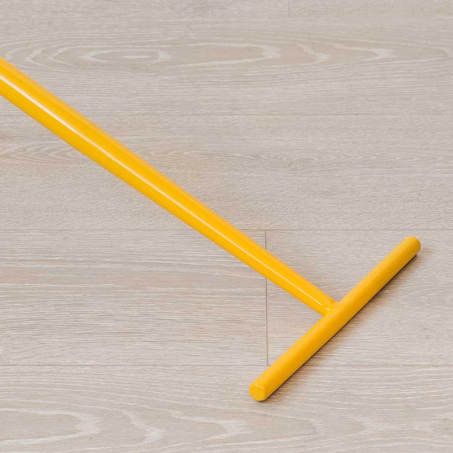 Thanh sắt ngang 49cm giúp giữ bàn được thăng bằng hơn.