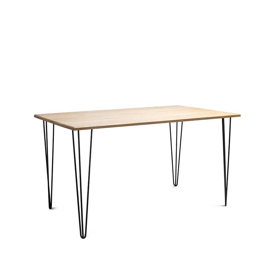 Chân bàn với thiết kế đặc biệt, thi công khéo léo tạo sự vững chắc.