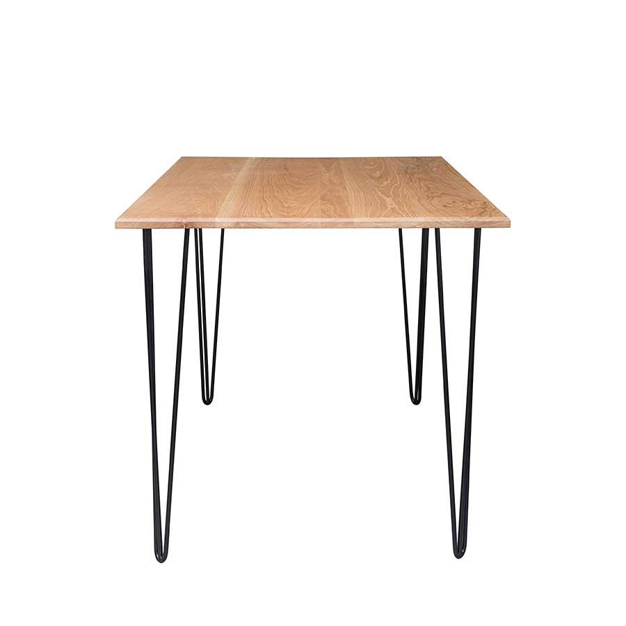Bàn được làm từ chất liệu gỗ sồi bền chắc, thẩm mỹ và sang trọng.