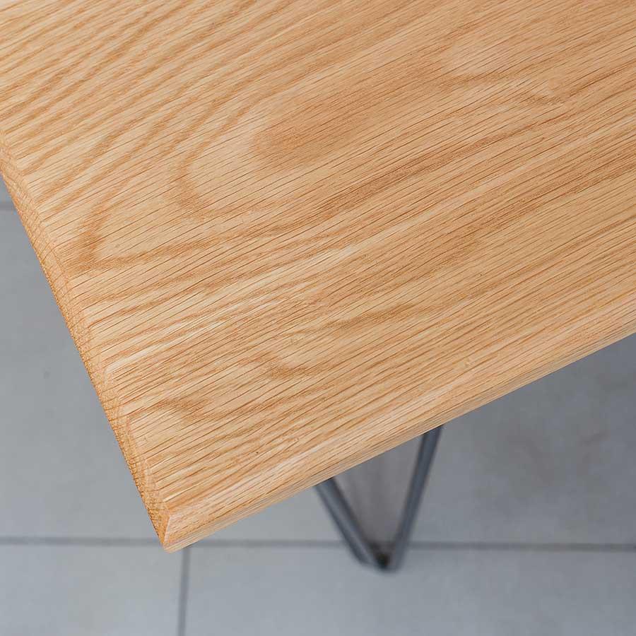 Mặt bàn được vát cạnh và đánh bóng để màu gỗ lên sáng và mịn hơn, tăng tính thẩm mỹ.