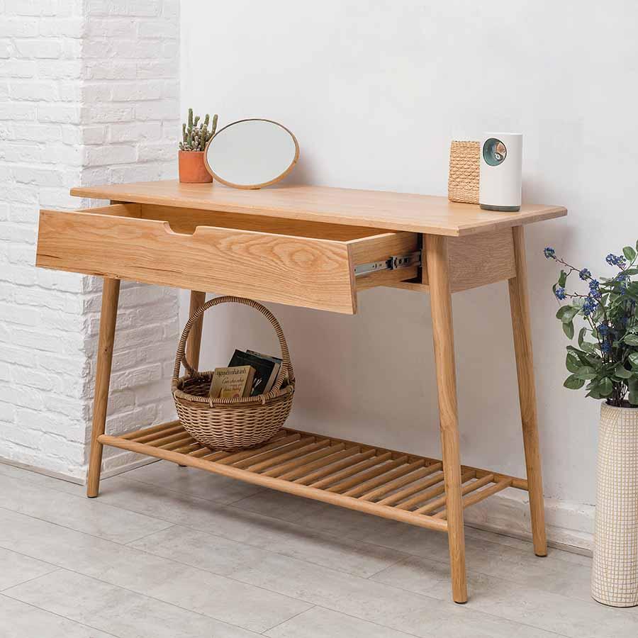Hộc bàn được lắp khéo kéo, dễ dàng kéo ra vào, tinh giản tay nắm tránh va chạm.