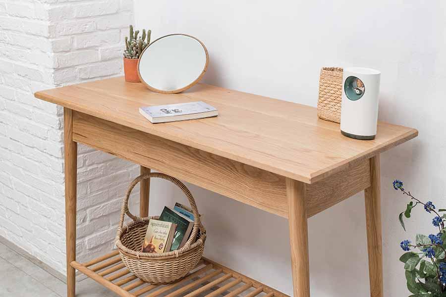 Mặt bàn đánh bóng loáng và vát cạnh tỉ mỉ, tạo tính thẩm mỹ cao.