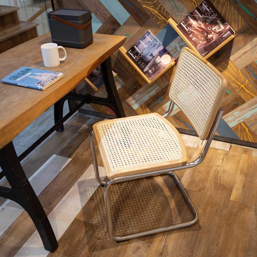 Khung sườn từ inox uốn cong tạo dáng chữ C độc đáo, ghế đơn giản nhưng mang đến cảm giác vô cùng dễ chịu khi ngồi. Nhất là khi ghế có sự đàn hồi nhẹ để bạn luôn có cảm giác được nâng đỡ dịu dàng