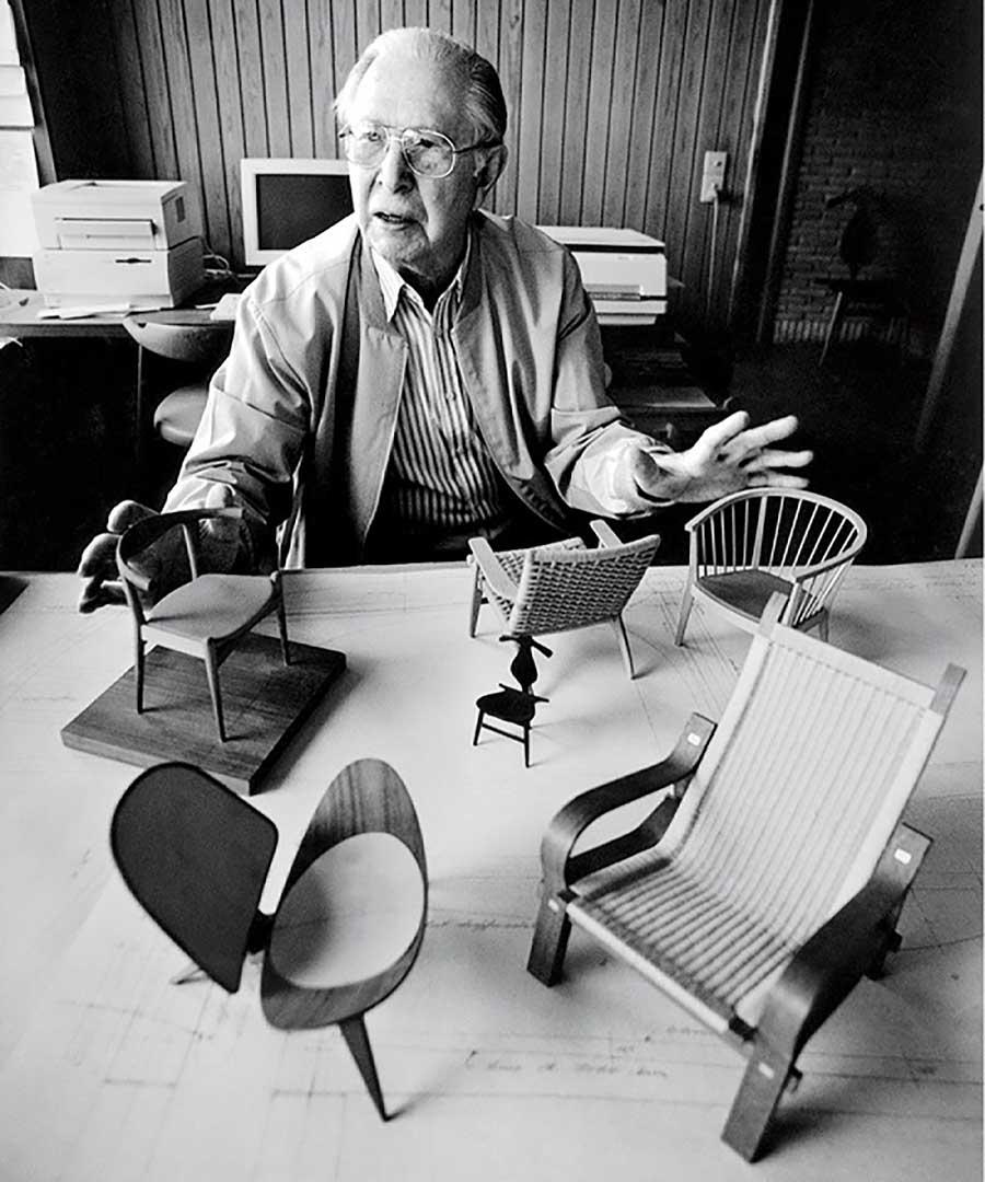 Nhà thiết kế người Đan Mạch Hans Wegner cha đẻ của nhiều chiếc ghế có vẻ đẹp vượt thời gian