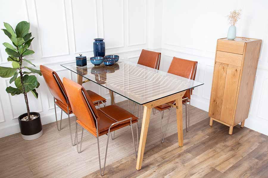 Bàn BRODY kết hợp giữa mặt kính cường lực và khung gỗ sồi bền đẹp, mang lại điểm nhấn nổi bật cho bàn ăn.