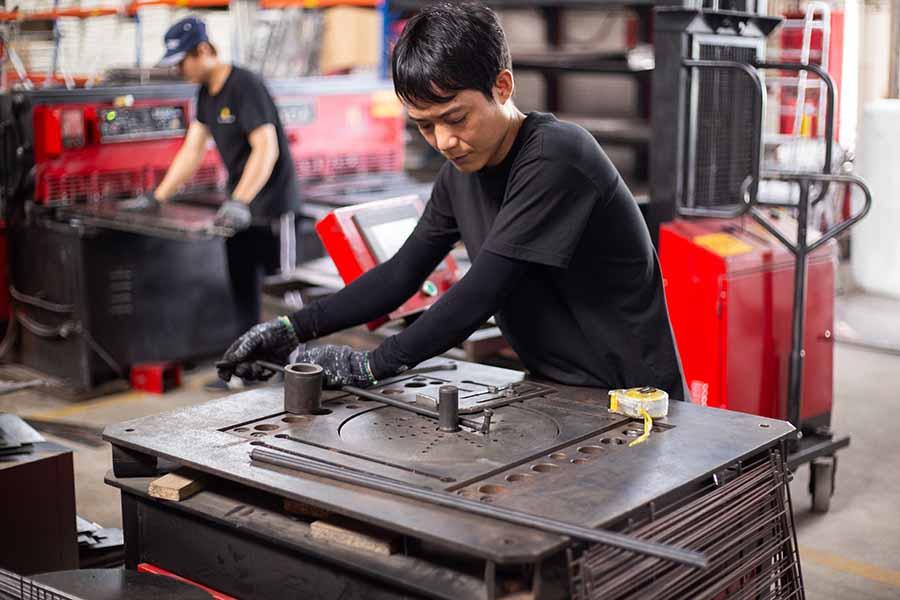 Sản phẩm được tạo nên từ đôi bàn tay tỉ mỉ trực tiếp gia công hoặc vận hành máy móc của thợ sản xuất lành nghề tại HAY.