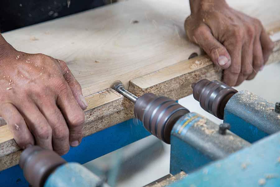 Mỗi sản phẩm là sự tận tâm và chăm chút của từng thợ sản xuất qua mỗi công đoạn dù là nhỏ nhất.