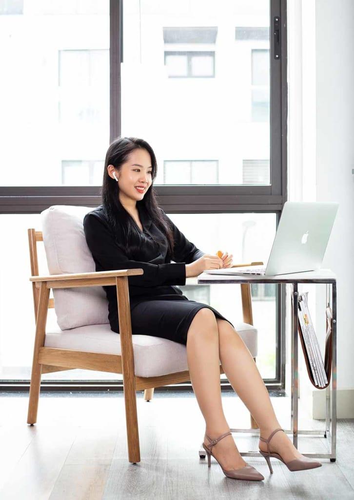 Ghế bành TAKA kết hợp với bàn chữ C KARINA sẽ tạo cho bạn góc làm việc, học tập, giải trí thoải mái.