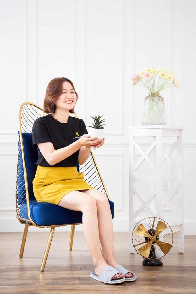 Lưng ghế cao tạo điểm tựa thoải mái khi ngồi, nệm ghế nổi bật và êm ái.